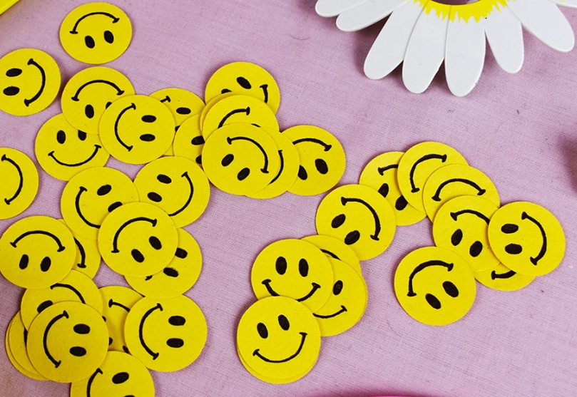diy project smiley face confetti thesmalladventurer