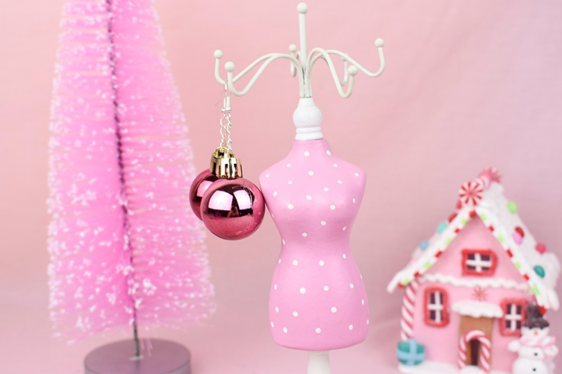 This image has an empty alt attribute; its file name is bauble-earrings-diy-project-thesmalladventurer.jpg